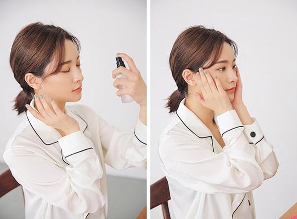 Sử dụng xịt khoáng là cách dưỡng ẩm da tốt cho các cô nàng văn phòng