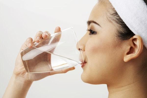 Uống đủ nước giúp cho làn da luôn tươi trẻ