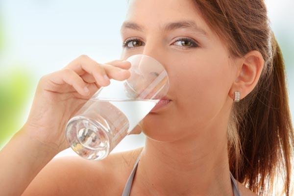 Uống đủ nước là cách rất tốt để hạn chế các nếp nhăn trên da