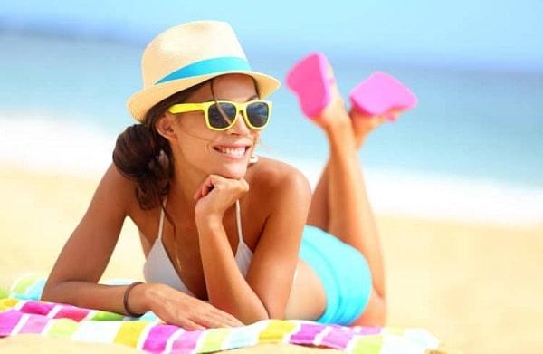Tắm nắng khiến cho da dễ xuất hiện các nếp nhăn