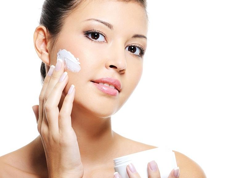 Sử dụng kem dưỡng ẩm để chăm sóc da buổi tối