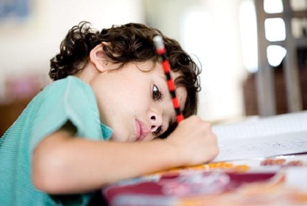 Trẻ mảng chơi, chưa có ý thức về việc học nên cần gia sư dạy kèm