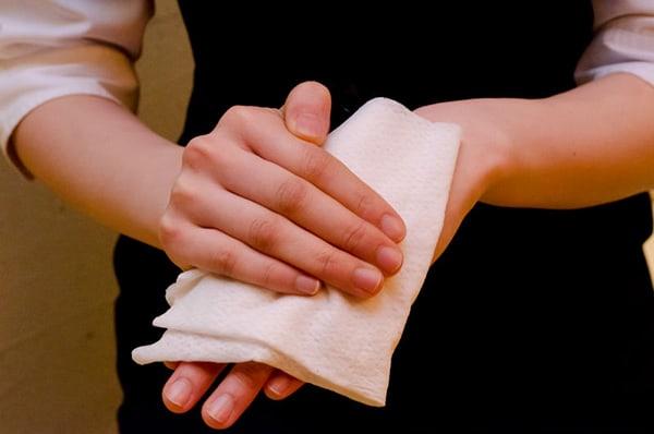 Dùng khăn mặt ẩm đăp lên vùng da bị mụn nước để giảm đau rát