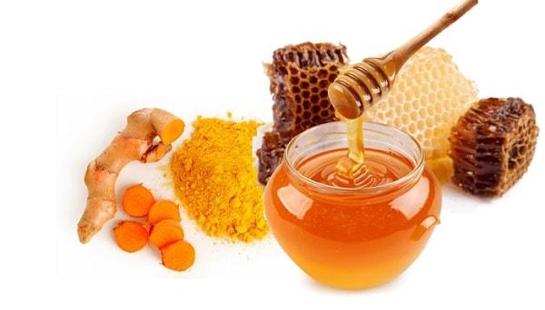 Tẩy da chết bằng hỗn hợp nghệ tươi và mật ong