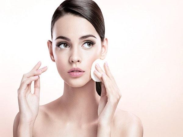 Tẩy trang da mặt nhằm loại bỏ tế bào chết, bã nhờn, các chất bẩn và bụi