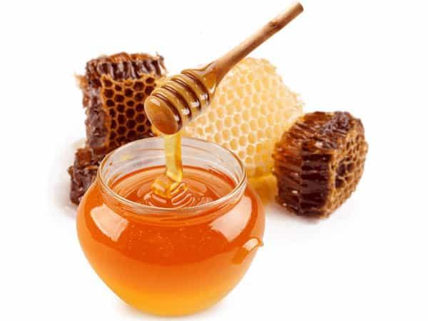 Sử dụng mật ong giúp môi mịn màng trở lại