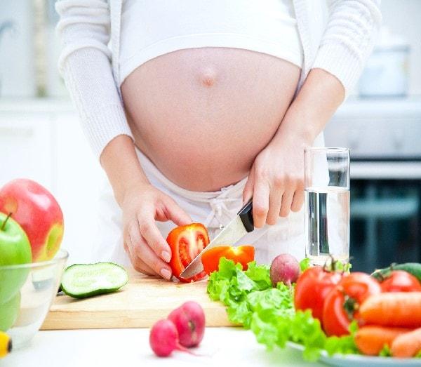 Một chế độ ăn hoàn hảo với nhiều rau củ quả không chỉ giúp cho sức khỏe của mẹ và bé mà còn giúp cho da mẹ thêm khỏe mạnh