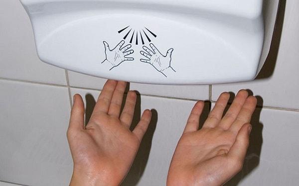 Tránh xa máy sấy tay nếu bạn muốn có bàn tay mềm mại.